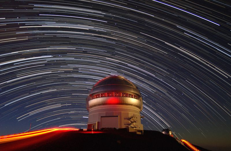 Time-lapse photo showing the movement of stars across the sky over the Gemini North telescope